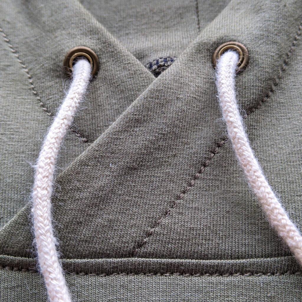detail kapuce mikiny a průchodky